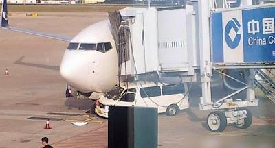 pesawat terbang ditabrak mobil