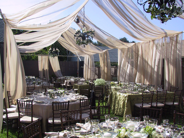 A large garden needed but how perfectly romantic does this wedding look