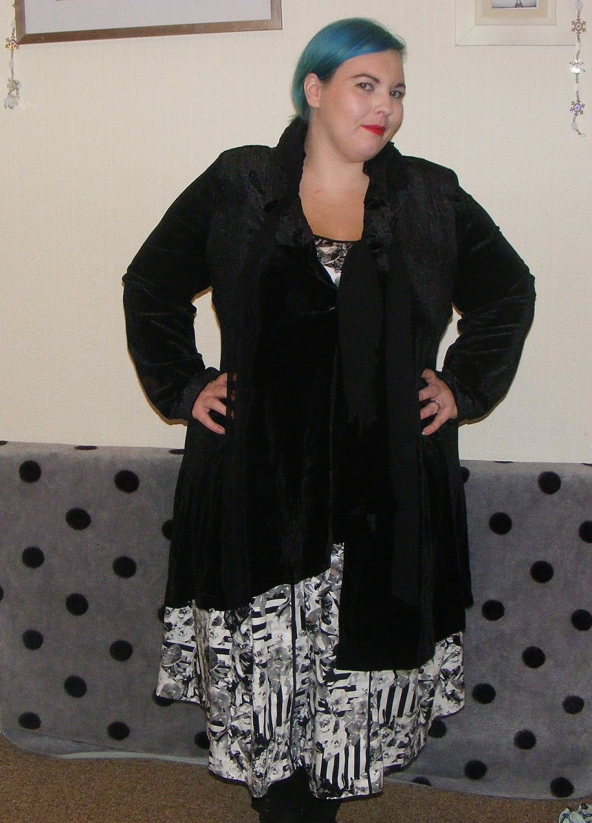 review, taking shape, dress, coat, plus size, plussize, fat, chubby, fashion, fatshion, clothes, woman, lady, girl, bbw, posing, lipstick, monochrome, velour