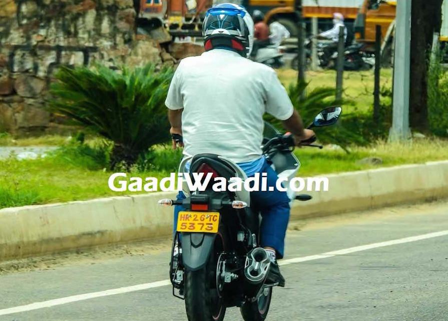 Suzuki Gixxer dan Gixxer SF terdeteksi sudah menggunakan disk brake belakang saat sedang di tes jalan . . .