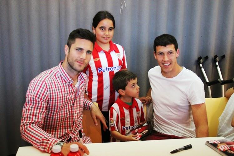 Kike Sola, Unai Albizua, Amaia Olabarrieta y Manuela Lareo firman autógrafos en Las Carreras