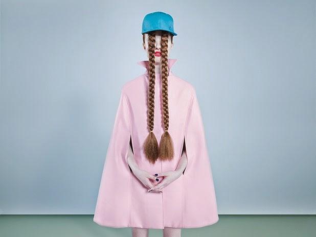 Modelo com longos cabelos é fotografada em fotos surreais por Bara Prasilova