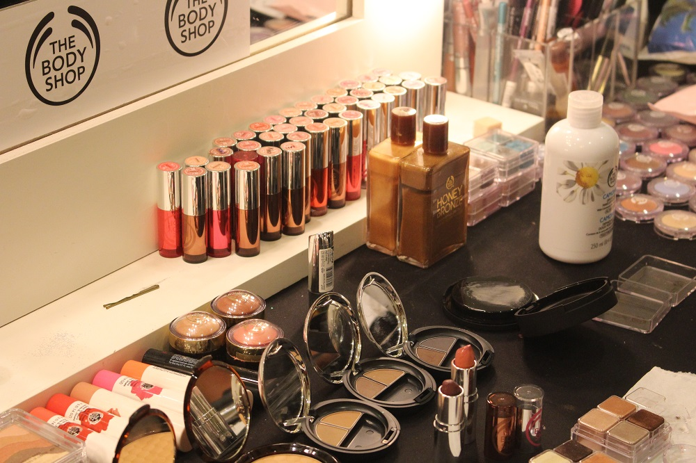 peexo fashion blogger backstage at fashion scout with the body shop