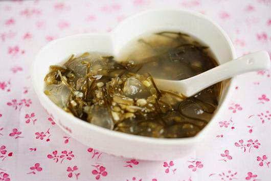 Vietnamese Green Bean Dessert with Fried Seaweed