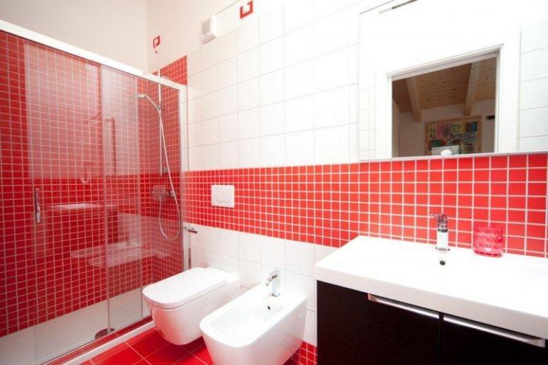 Baños Blanco Con Rojo:10 Baños color rojo – Colores en Casa