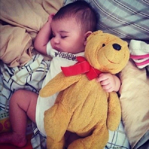 Bébé trop mimi qui dort avec doudou