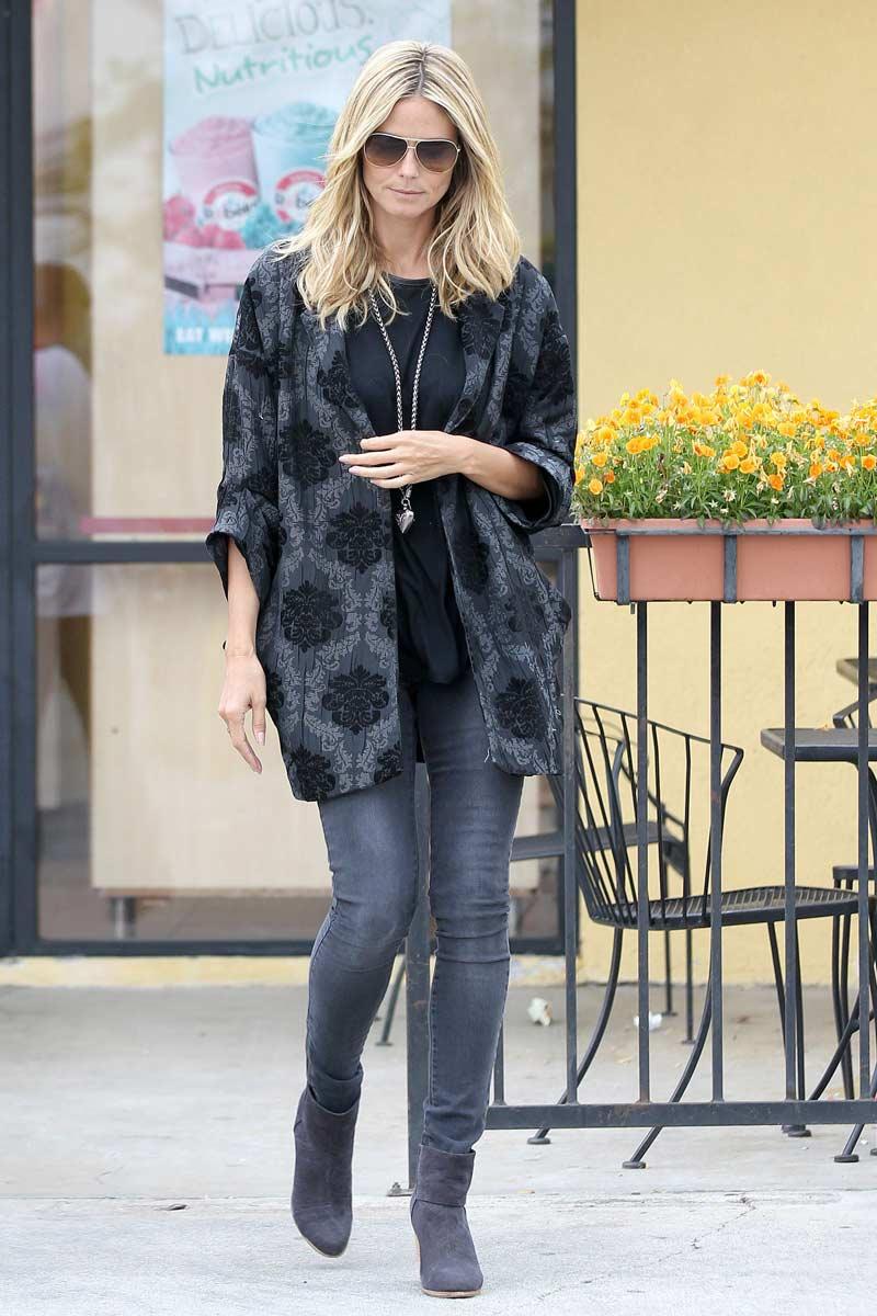 Street Style De Heidi Klum Em Beverly Hills Usando Um Kimono Em Tons