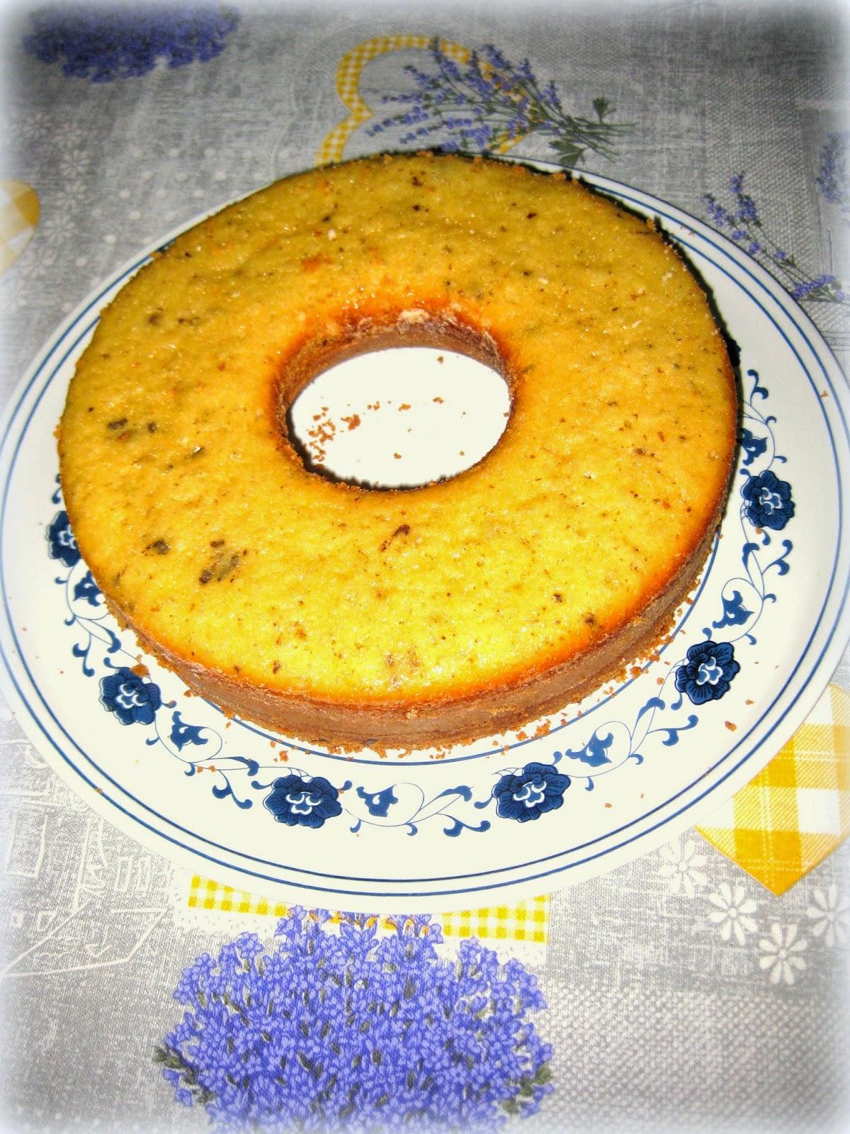 La ricetta della ciambella margherita, arricchita con scaglie di cioccolato, è un dolce soffice e perfetto per la prima colazione.