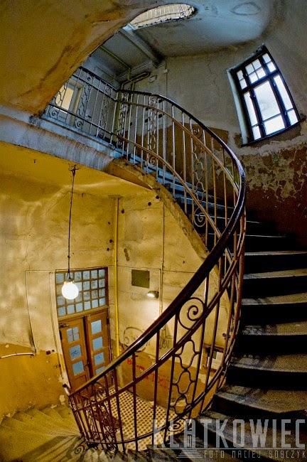 Bielsko-Biała. Kamienica z klatka schodowa z kręconymi schodami.