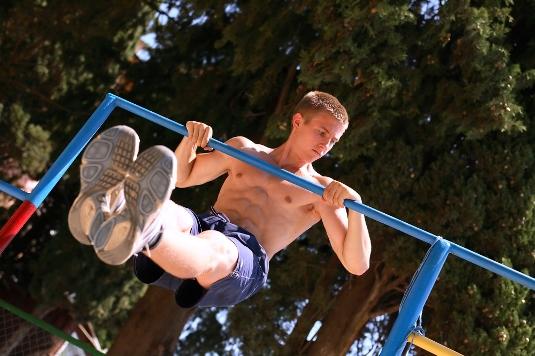 Базовые упражнения на ТУРНИКЕ и БРУСЬЯХ