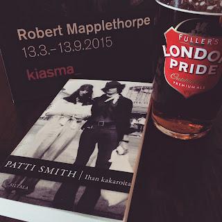 Kiasman paperikassi, Patti smithin kirja Ihan kakaroita ja tuoppi Fullers London bride olutta