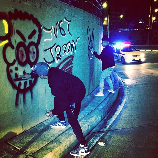 Justin Bieber es un gran artista también pintando las paredes