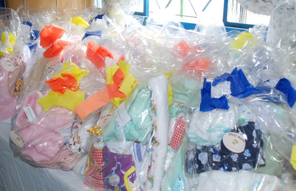 kits de enxoval de bebês confeccionados pelas mulheres que participam da Oficina de Corte e Costura promovida pelo Centro de Referência de Assistência Social (CRAS) do Meudon