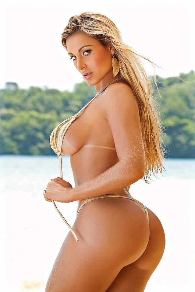 Andressa Urach em pose sensual, de biquíni dourado