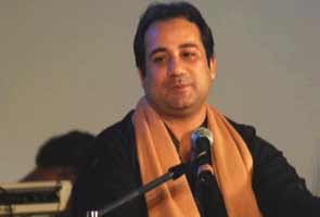 Indian immigration officials turned back  noted Pakistani singer Ustad Rahat Fateh Ali Khan from Hyderabad International Airport on Thursday.   Rahat had flown in on an Etihad flight from Abu Dhabi to take part in a musical programme in the city.  He had overlooked the rule that Pakistani citizens have to enter India either through Delhi or Mumbai airports.