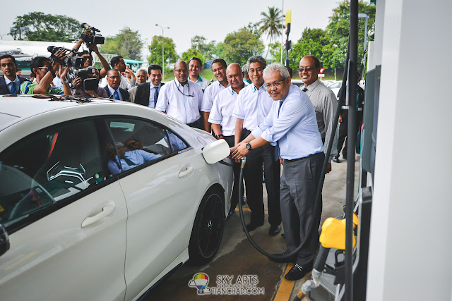 Pumping the new RON 97 to officiate the launch of new PETRONAS PRIMAX 97