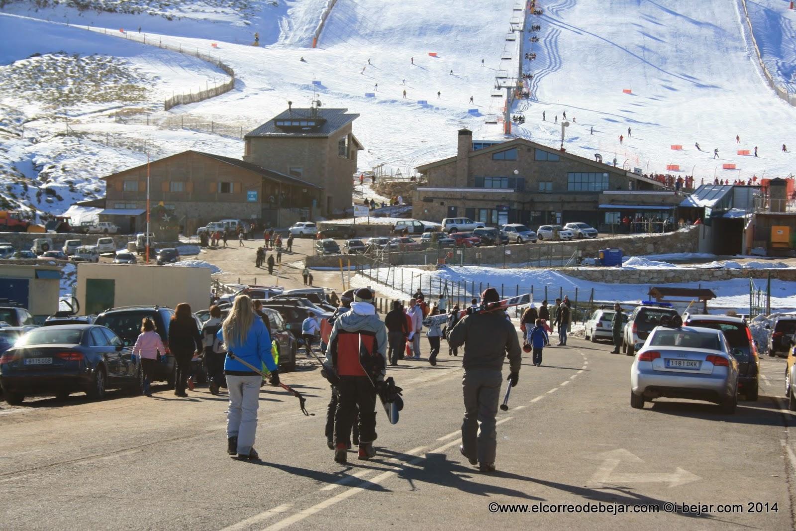 Esquiadores accediendo a las instalciones de la Covatilla