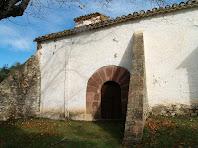 Façana de migdia amb el portal adovellat i els contraforts de Sant Cristòfol de Monteugues