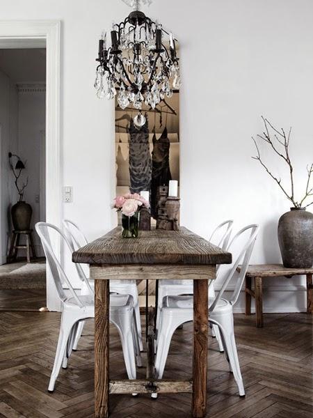 Przepiękny drewniany stół nie oszlifowany w jadalni