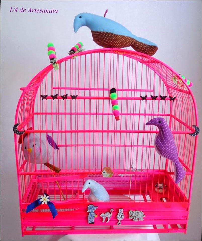 gaiola rosa com passarinhos de tecido