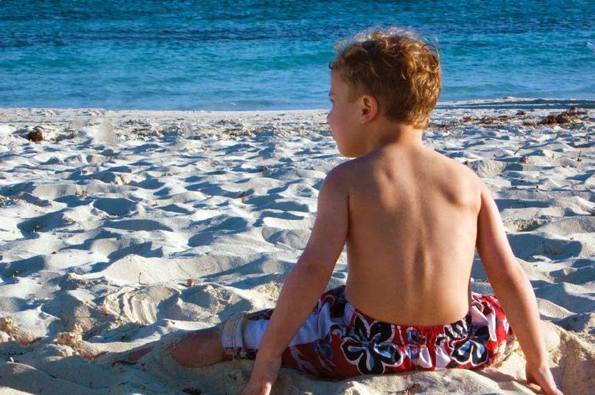 menghaspus objek gambar, menghapus objek foto, anak di pantai, pantai indah, belajar photoshop, tutorial photoshop