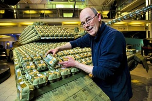 Stuart Murdoch cria tanque feito com mais de 5 mil caixas de ovos