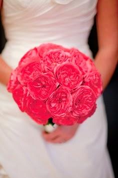 Novia con rosas rosadas