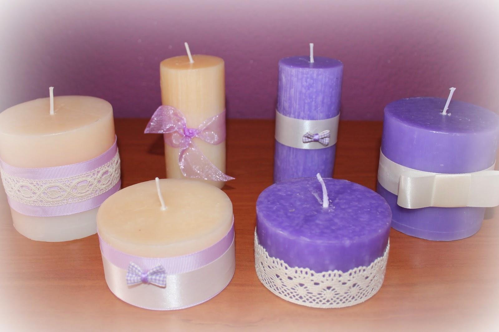 as es como quedaron todas las velas decoradas con sus cintas encajes y lacitos