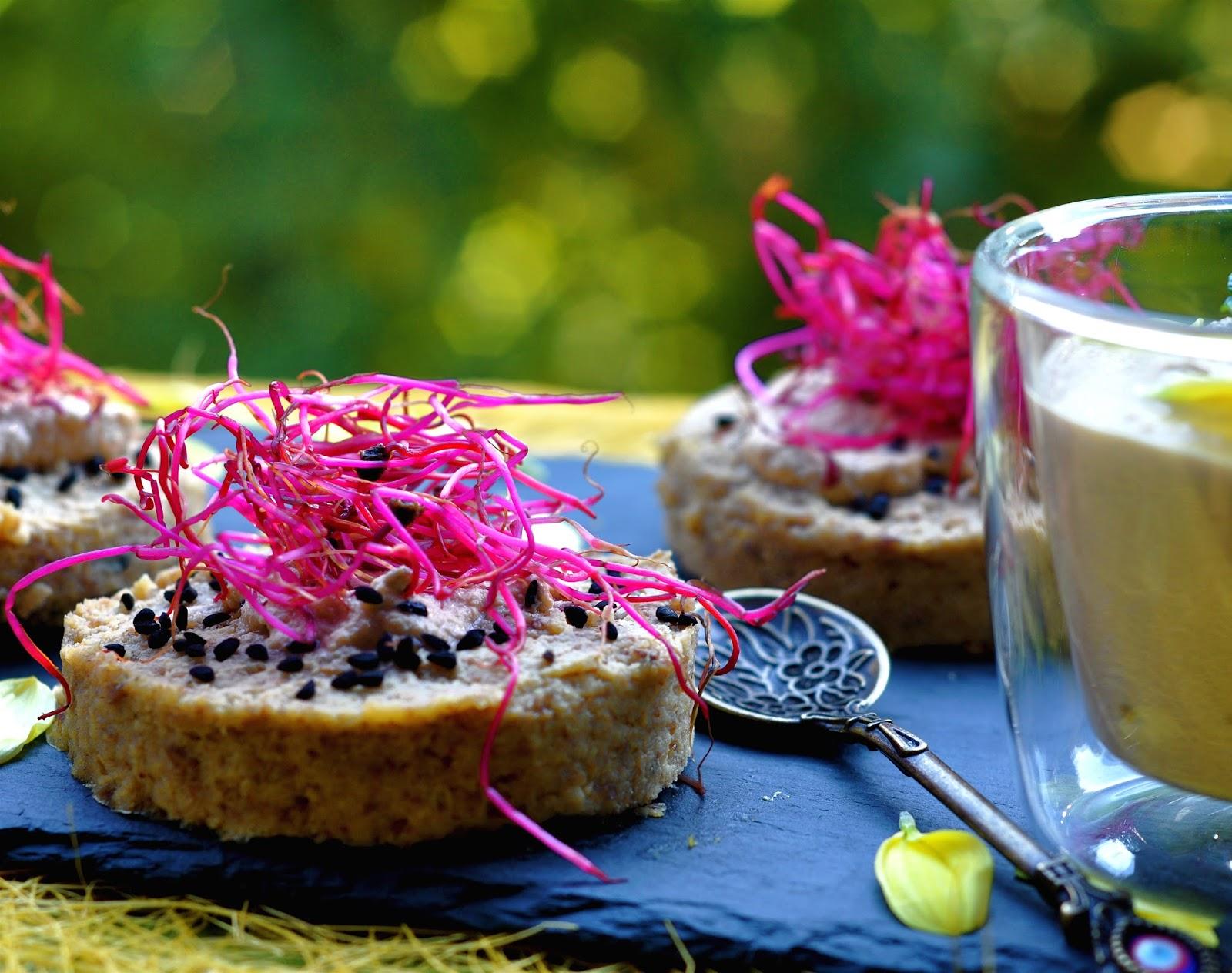 Medaglioni crudisti di sedano rapa con salsa di arachidi