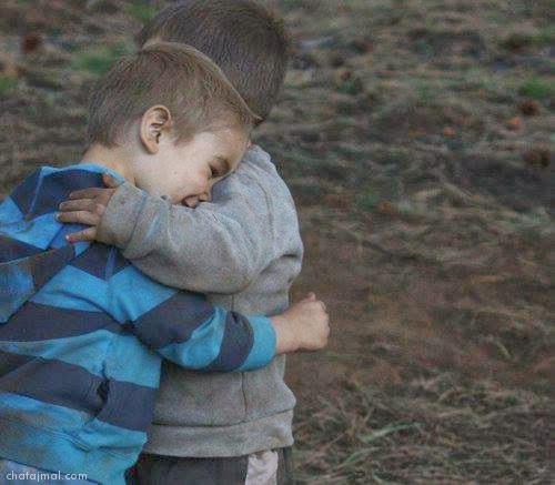 اولاد صغار يحضنون بعض معبرة للصداقة