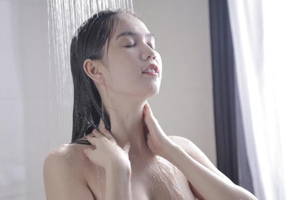 Lộ ảnh ngực trần trong phòng tắm của Ngọc Trinh