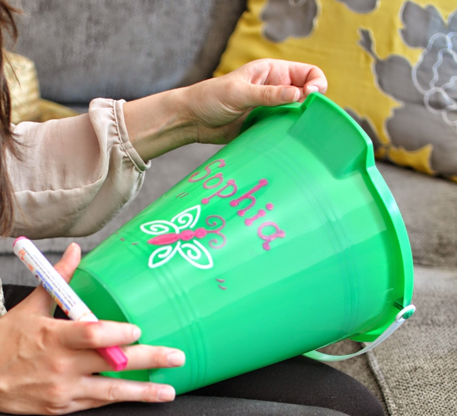 How to write names on beach pail
