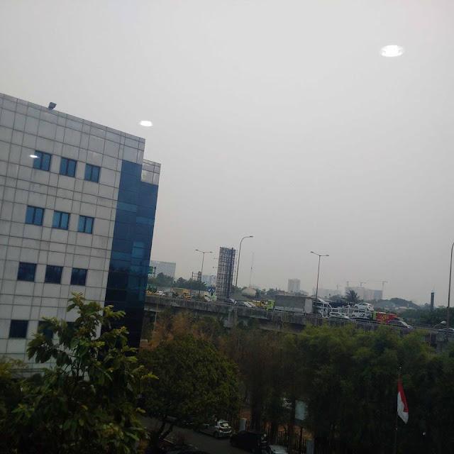 Langit Jakarta Tertutup Asap Tipis