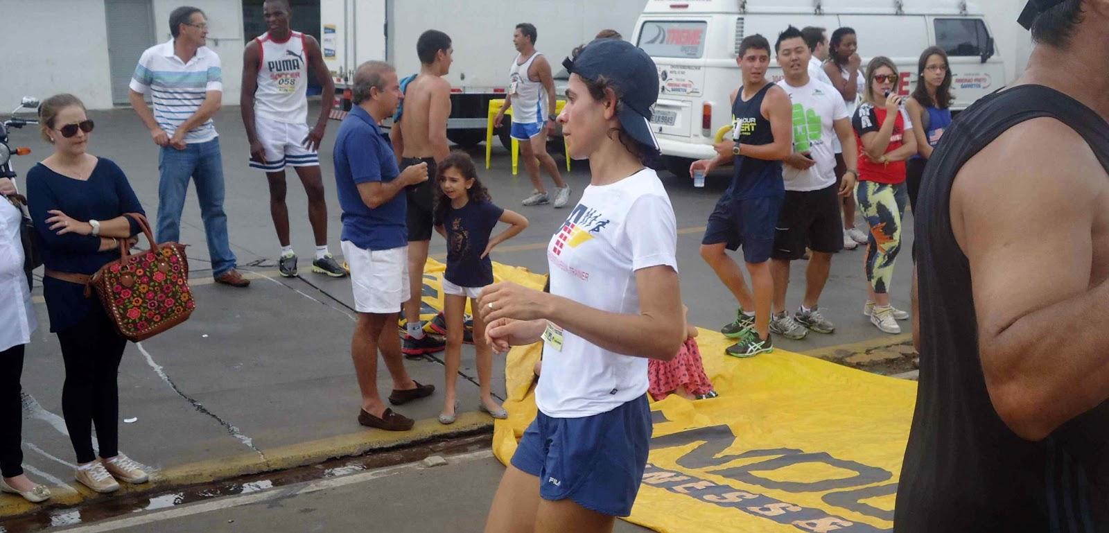 Foto 124 da 1ª Corrida Av. dos Coqueiros em Barretos-SP 14/04/2013 – Atletas cruzando a linha de chegada