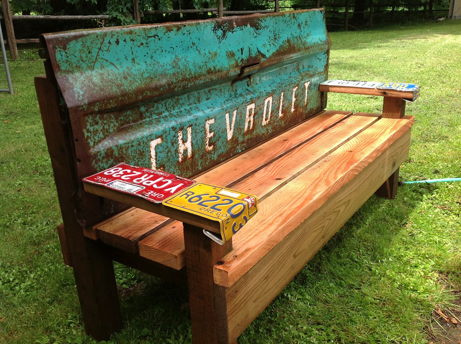 Kathi 39 s garden art rust n stuff team building garden bench with an old tailgate Yard bench