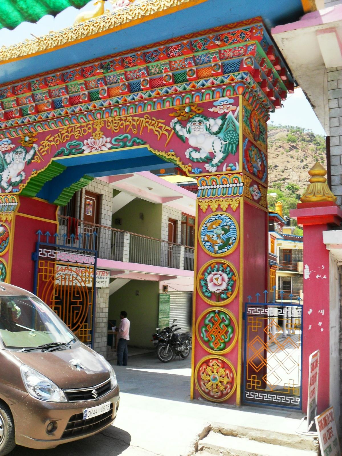 ворота буддистского  монастыря в Ревалсаре