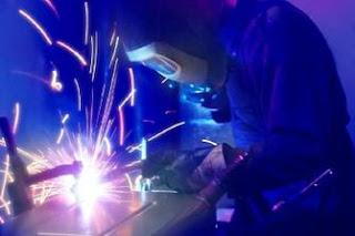 La saldatura è un processo utilizzato per unire due parti metalliche riscaldate localmente, che costituiscono il metallo base, con o senza aggiunta di altro metallo che rappresenta il metallo d'apporto, fuso tra i lembi da unire