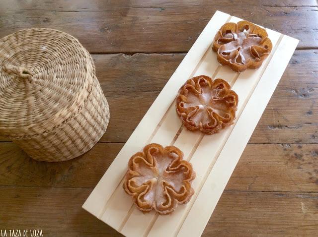 Flores manchegas servidas en una bandeja de madera