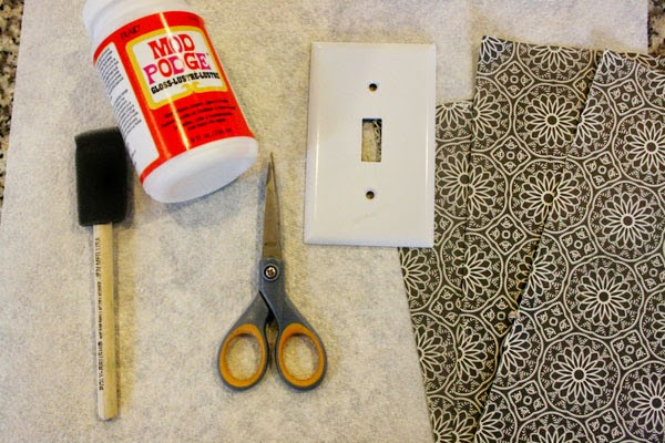المواد الضرورية لتزيين مفتاح الكهرباء: مقص، غراء، ورق الجدران
