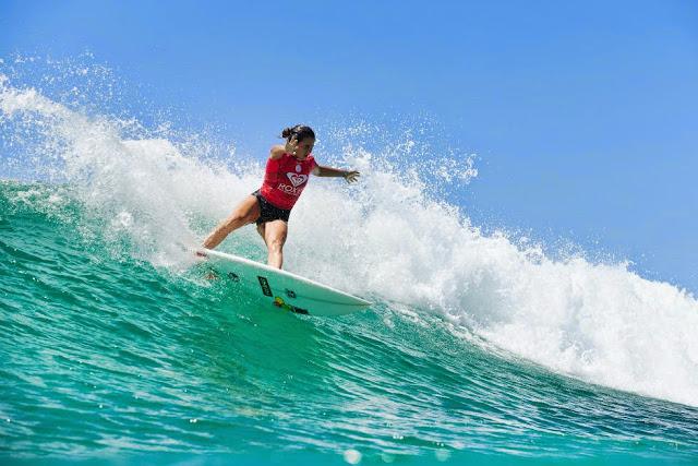 19 Roxy Pro Gold Coast 2015 Johanne Defay Foto WSL Kelly Cestari