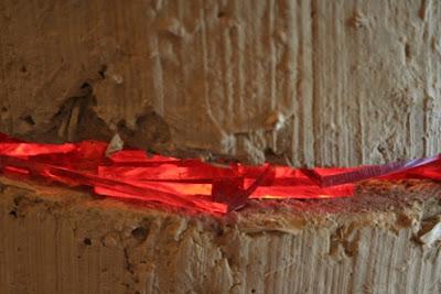 détail d'une colonne en terre crue_verre coloré