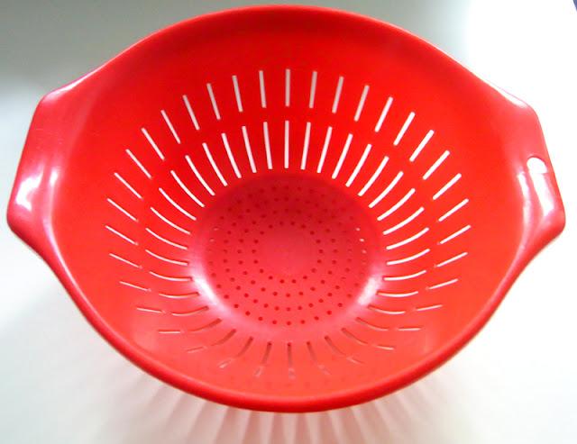 Rotes Küchensieb / Seiher aus Plastik