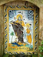 Detall de la ceràmica de Sant Mateu a la font del mateix nom