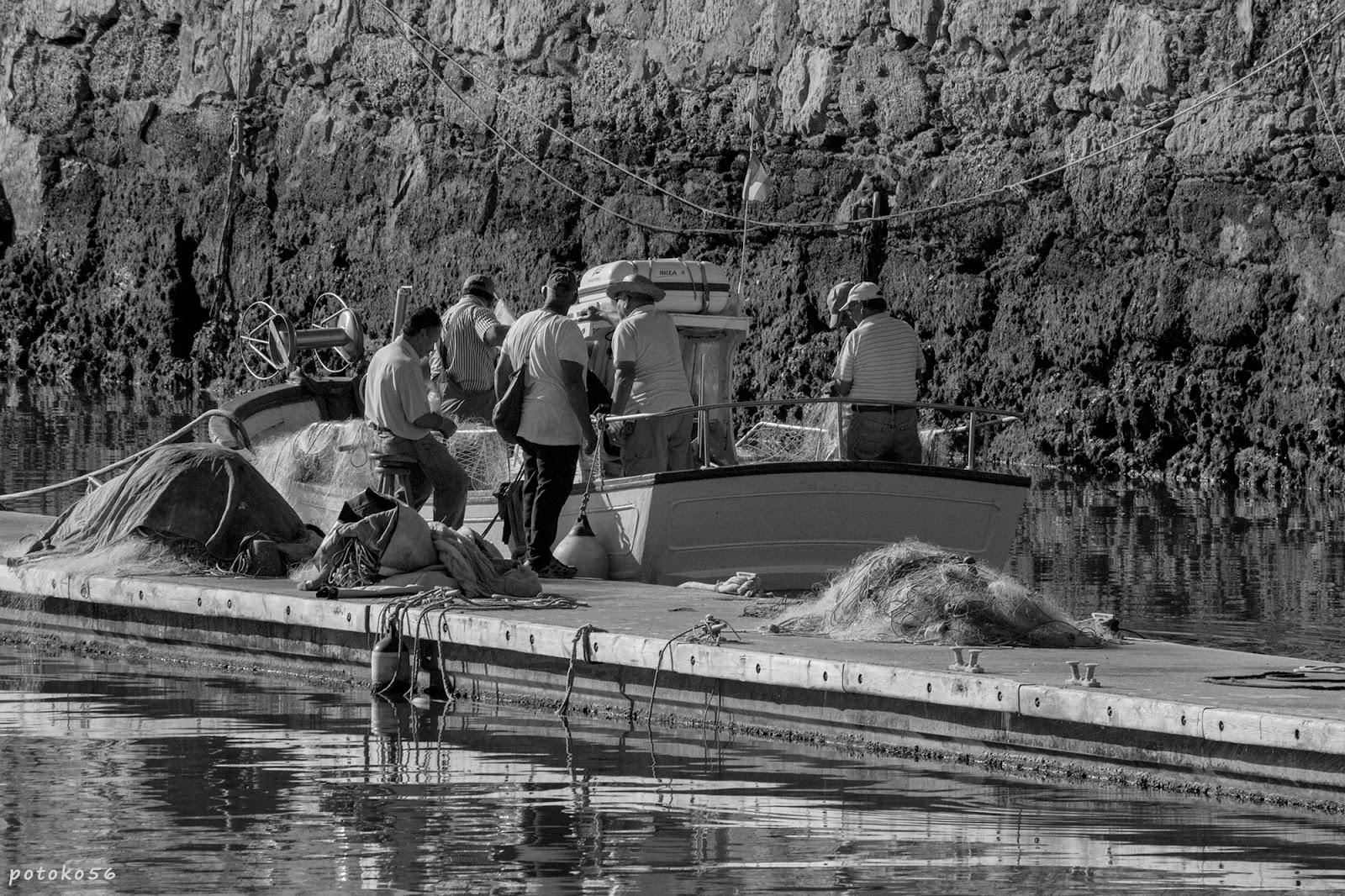 Muelle Pesquero de Rota marineros limpiando redes