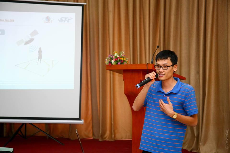 Phần chia sẻ kiến thức về Hệ thống Định vị Vệ tinh của anh Nguyễn Minh Hiếu (STI). Ảnh: Đỗ Sơn Tùng (USTH).