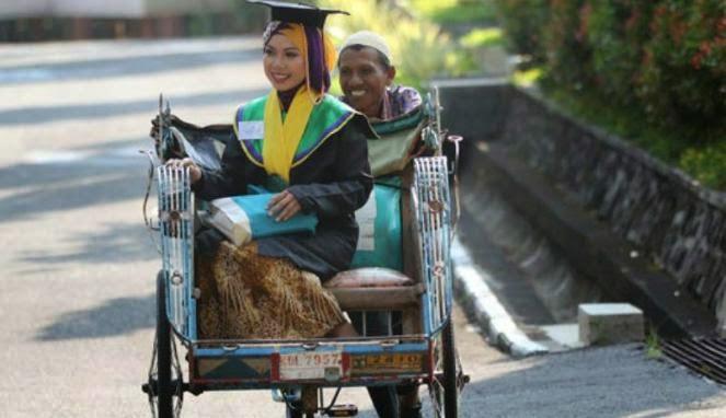 Raeni, Wisudawan Terbaik Anak Tukang Becak