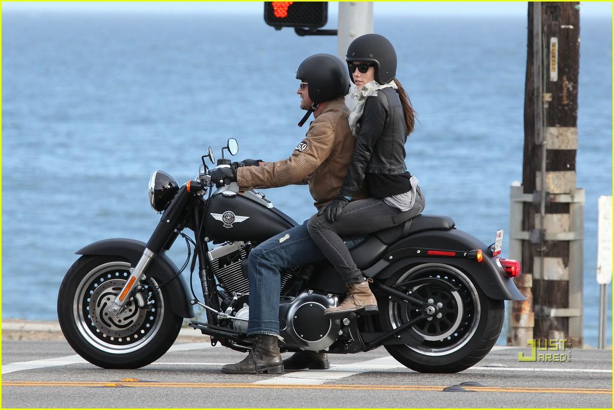 http://3.bp.blogspot.com/-8hQs3C90pWI/Te7qlcpO-sI/AAAAAAAAFOM/pBIjyOcqH30/s1600/jessica-biel-gerard-butler-motorcycle-ride-20.jpg
