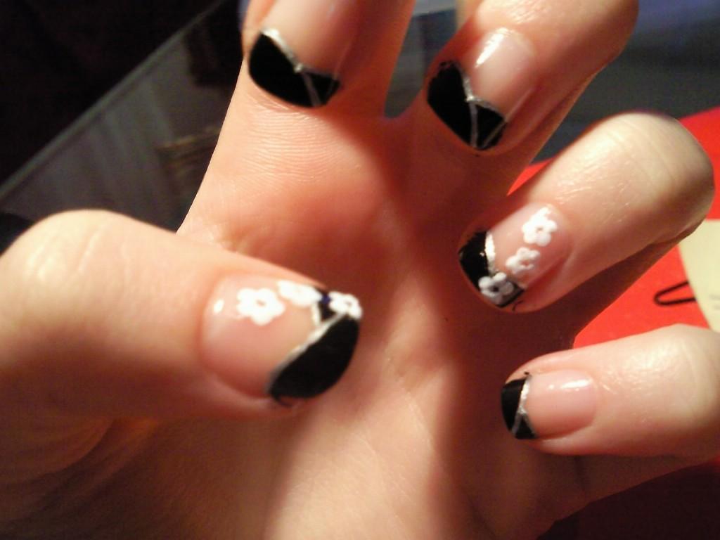 Dedos con estilo manicura francesa en negro con flores - Manicura francesa colores ...