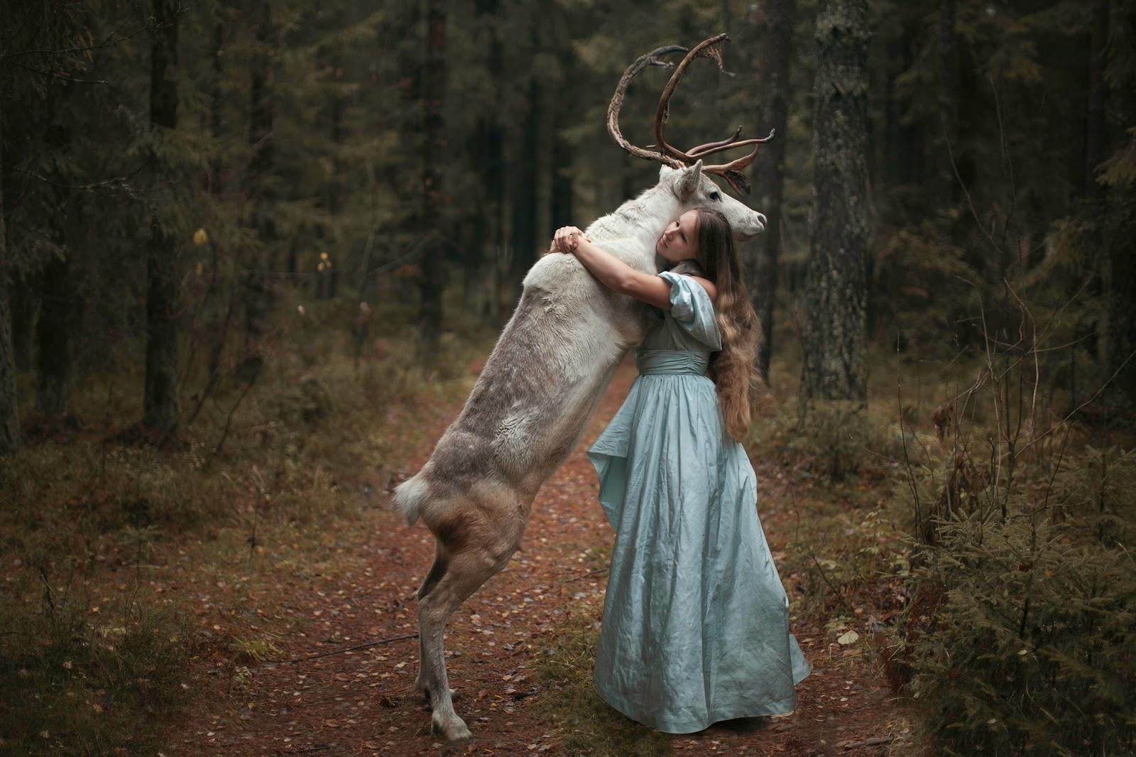 photo de Katerina Plotnikova jeune femme enlaçant un renne