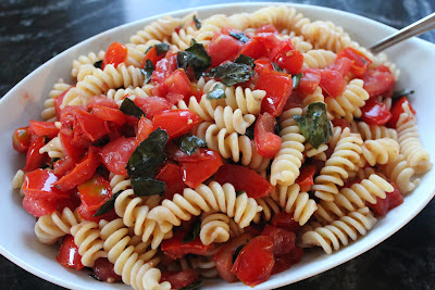 Fusilli with raw tomato sauce